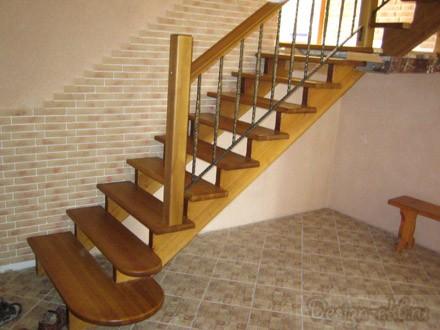 Лестница открытая на косоурах с забежными ступенями