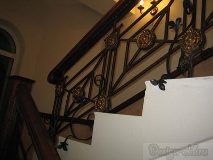 Ограждение лестницы кованое с массивом березы